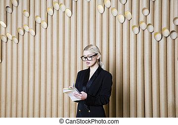 mulher bonita, negócio, glasses., pretas, loiro, vestido, espantado