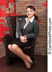 mulher bonita, negócio, sentando, poltrona, jovem, estúdio, interior