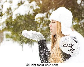 mulher bonita, neve, soprando, loura, ao ar livre