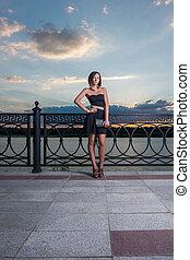 mulher bonita, noite, cerca, dela, metal, jovem, contra, costas, comprimento, cheio, inclinado, bolsa, retrato