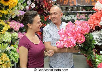 mulher bonita, oferecendo, buquet, flor, homem