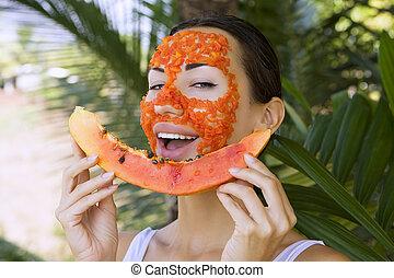 mulher bonita, papaia, saudável, máscara, alimento, facial, apply., tendo