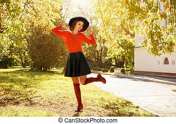 mulher bonita, parque, jovem, outono, chapéu preto