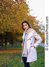 mulher bonita, parque, jovem, outono, posar