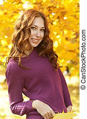 mulher bonita, parque, jovem, outono, posar, retrato