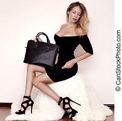 mulher bonita, pele, na moda, cobertura, jovem, luxuoso, pretas, bolsa, branca, senta-se, vestido, sandálias