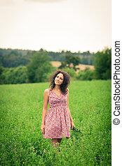 mulher bonita, prado, jovem, ar, ao ar livre, fresco, desfrutando