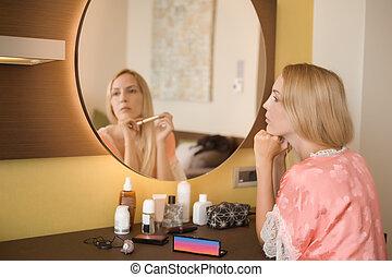 mulher bonita, reflexão, boudoir, jovem, cosmetics., quarto, frente, pensativamente, espelho., senta-se