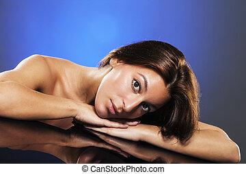 mulher bonita, reflexão, jovem, retrato, tabela, mentindo