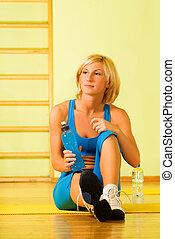 mulher bonita, relaxante, após, exercício aptidão