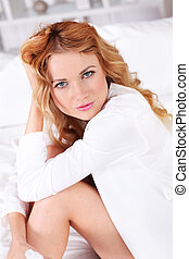 mulher bonita, relaxante, cama, loura, retrato