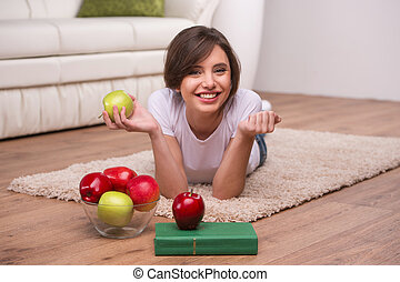 mulher bonita, relaxante, chão, jovem, appleswoman, maçãs,...