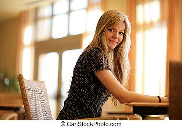 mulher bonita, relaxante, dof., raso, ensolarado, jovem, loura, interior., retrato