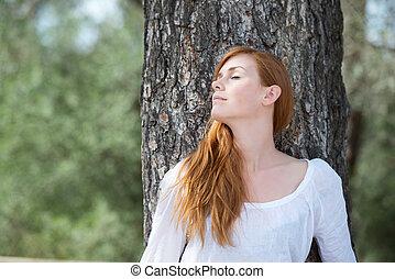 mulher bonita, relaxante, em, bosque