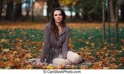 mulher bonita, relaxante, em, outono, parque