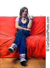 mulher bonita, relaxante, sentando, sofá, jovem
