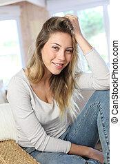 mulher bonita, relaxante, sofá, loura, retrato