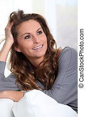 mulher bonita, relaxante, sofá, retrato, sorrindo