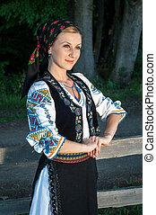 mulher bonita, romanian, jovem, tradicional, exterior, posar, traje, retrato