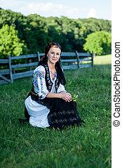 mulher bonita, romanian, jovem, tradicional, posar, traje, retrato