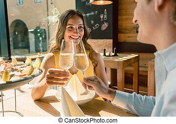 mulher bonita, romanticos, dela, jantar, durante, sócio, brindar