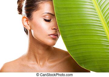 mulher bonita, rosto, com, folha verde