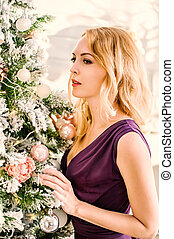 mulher bonita, roxo, árvore, decorar, vestido, natal