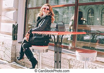 mulher bonita, rua, maduras, divertimento, café, tendo