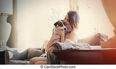 mulher bonita, sala, dela, sentando, sofá, jovem, abraçando, cão, luxo