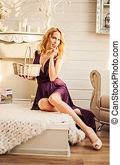 mulher bonita, sala, sentando, interior, cesta, elegante, branca
