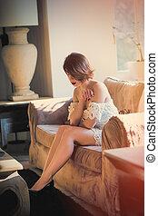 mulher bonita, sala, sentando, pensando, sofá, jovem, luxo