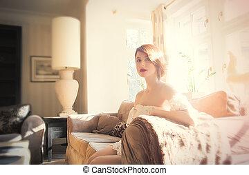 mulher bonita, sala, sentando, sofá, jovem, luxo, luz