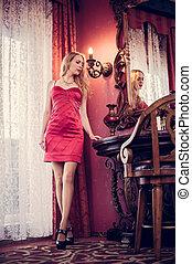 mulher bonita, sala, vindima, jovem, elegante, vermelho, interior, chique, vestido, caro