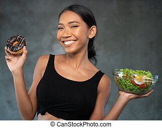 mulher bonita, salada, saudável, jovem, donut, retrato, sorrindo