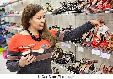 mulher bonita, sapatos, escolher