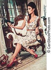 mulher bonita, sapatos, luxo, escolher, interior, lar