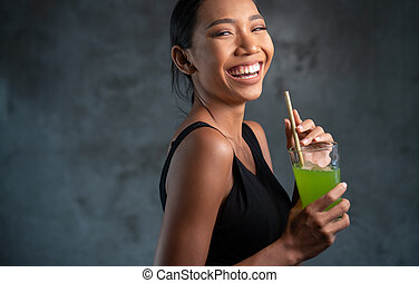 mulher bonita, saudável, jovem, suco, retrato, sorrindo