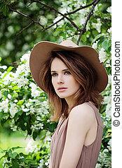 mulher bonita, saudável, primavera, retrato, outdoors., chapéu