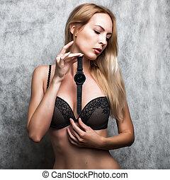 mulher bonita, segurando, dela, mão., relógio, pulso, loura, pretas