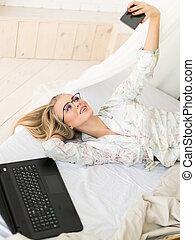 mulher bonita, selfie, jovem, cama, óculos