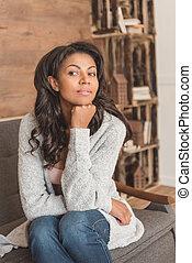 mulher bonita, sentando, afastado, jovem, sofá, olhar, americano, africano, retrato