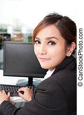 mulher bonita, sentando, computador desktop, frente, retrato