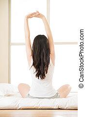 mulher bonita, sentando, esticar, cama, manhã, asiático