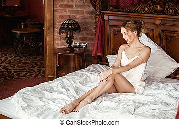 mulher bonita, sentando, hotel, cama, luxo, branca