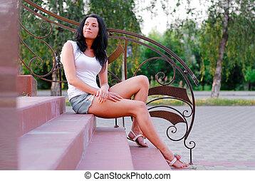 mulher bonita, sentando, jovem, ao ar livre, escadas