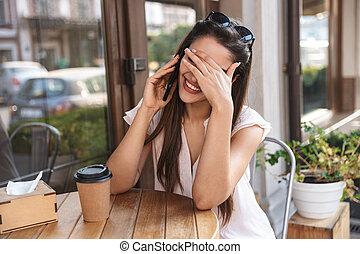 mulher bonita, sentando, jovem, ao ar livre, tabela, café