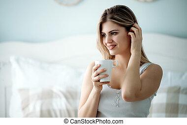 mulher bonita, sentando, jovem, cama, lar