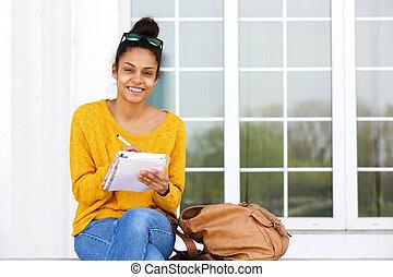 mulher bonita, sentando, jovem, escrita, exterior, livro