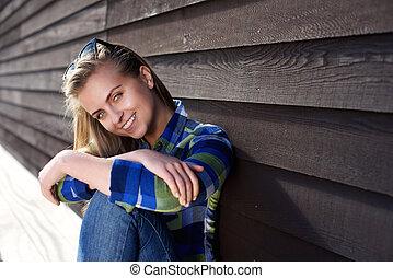 mulher bonita, sentando, jovem, exterior, sorrindo