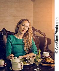 mulher bonita, sentando, jovem, luxuoso, jantar, luxo, interior, tabela, tendo